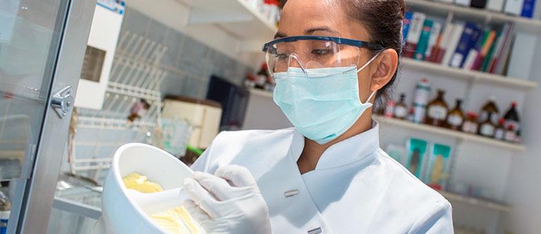 Herstellung von Arzneien in der Regenbogen-Apotheke: Salbenherstellung